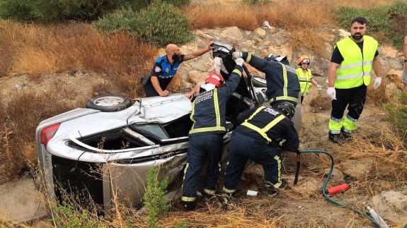 Bomberos y sanitarios intervienen en el lugar del accidente