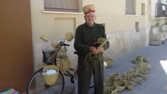 Juan Bautista Rosas con sus creaciones de esparto