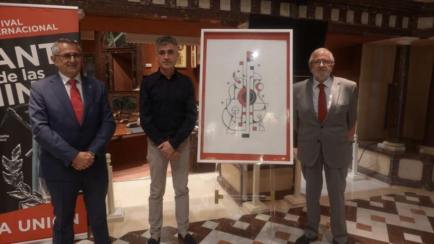 El Alcalde de La Unión, Pedro López, junto al autor del cartel, Pedro J. Bernal, y el presidente de la Asamblea, Alberto Castillo