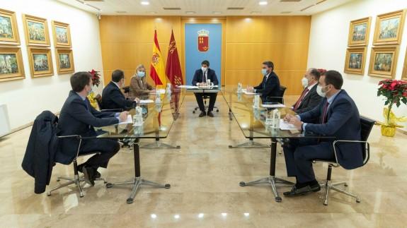 López Miras preside la reunión con Agrupal en el Palacio de San Esteban. CARM