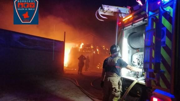Incendio en una nave que almacenaba paja en Lorca. 112 Región de Murcia