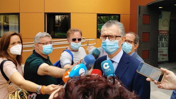 Juan José Pedreño atiende a los medios en su visita al Centro de Hemodonación
