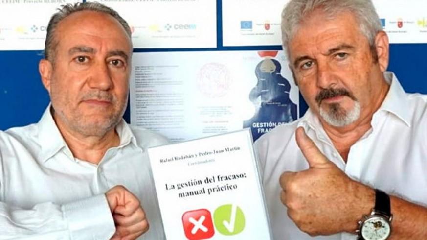 Los profesores Rafael Rabadán y Pedro Juan Martín con su libro 'Gestión del fracaso'