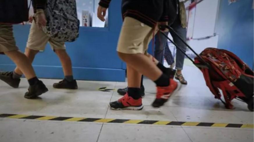 Alumnos con mochilas caminan por el pasillo de un colegio (archivo). EUROPA PRESS