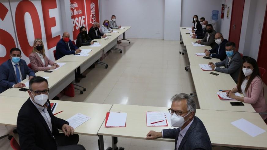 Reunión de los representantes del PSRM y el PSPV, esta mañana, en Murcia. PSOE