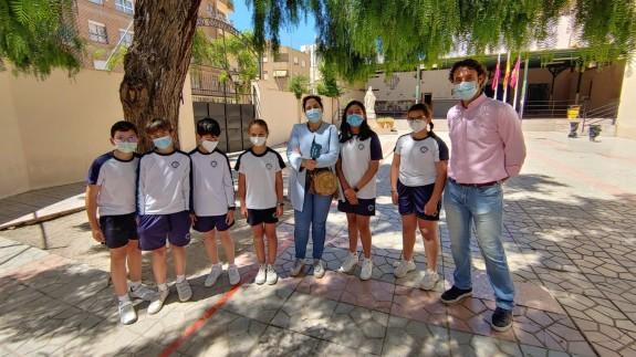 Marta Ferrero con alumnos y el director del Colegio Francisco de Asís de Lorca