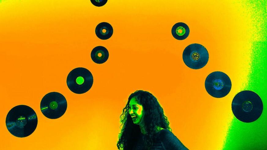 Mujer y discos de vinilo