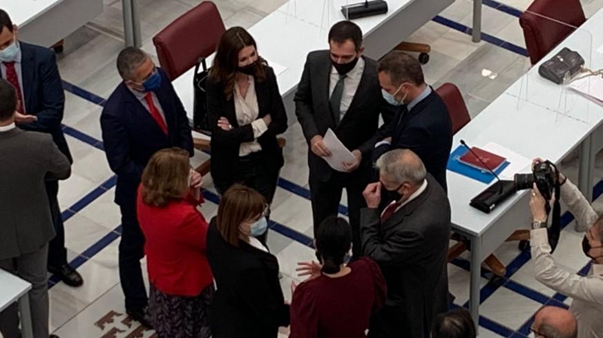 Varios diputados conversan antes del comienzo del pleno celebrado en al Asamblea Regional. ORM