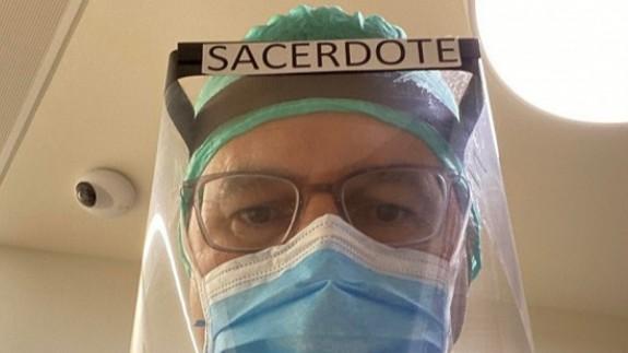 El sacerdote Ignacio Carbajosa, antes de entrar al hospital madrileño con enfermos de COVID-19