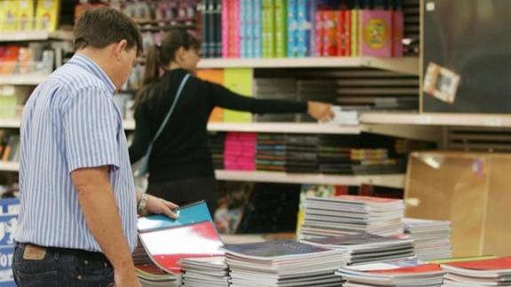Padres comprando material escolar. EUROPAPRESS