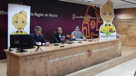 José Miguel Monje Carrillo, a la izquierda, en la presentación de la campaña Soy Árbitra
