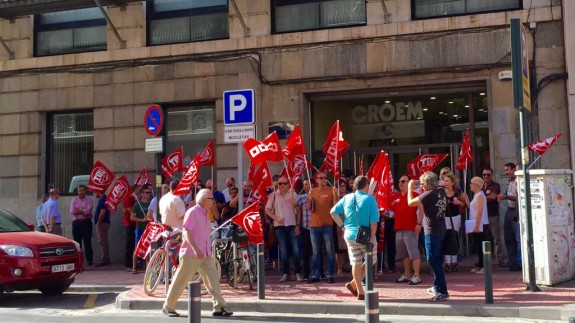 Concentración de trabajadores de hostelería frente a CROEM en Murcia. Foto ASR.