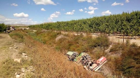 Estado en el que ha quedado el tractor tras volcar y caer a una acequia. BOMBEROS CEIS