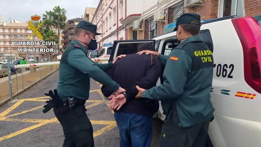 El detenido, conducido por agentes de la Benemérita en Mazarrón