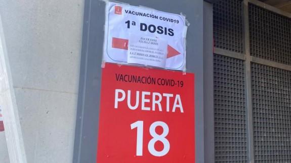 Acceso al punto de vacunación de Nueva Condomina. Foto: ORM