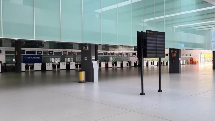 Interior del aeropuerto vacío