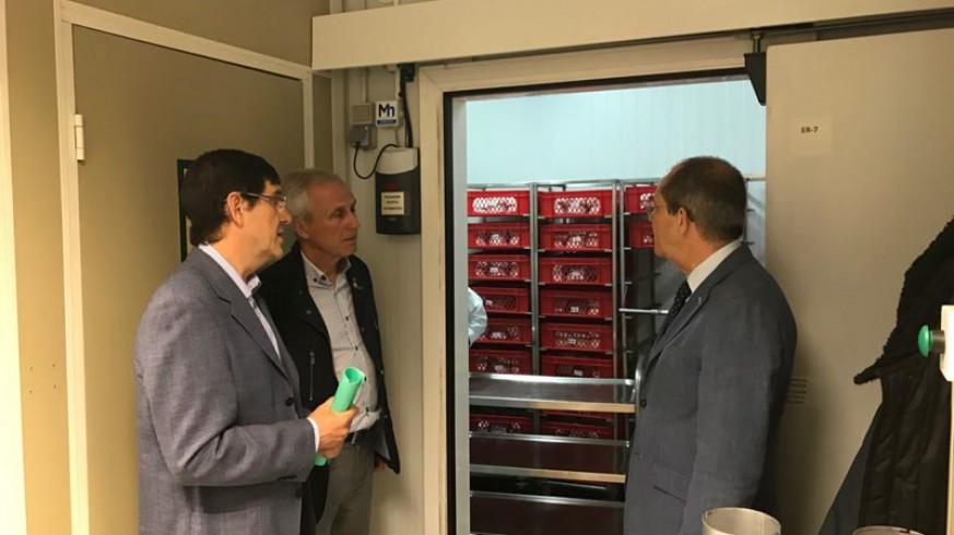 El consejero de Salud, Manuel Villegas, visitando el Centro Regional de Hemodonación