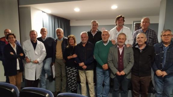 Algunos de los miembros de la asociación posan en el salón de actos del Hospital de Yecla