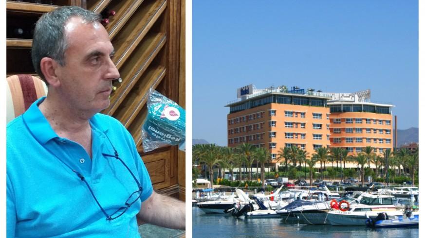 Juan Francisco Montiel junto a una imagen de su hotel en Águilas