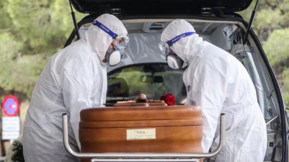 Trabajadores de servicios funerarios (archivo). EP