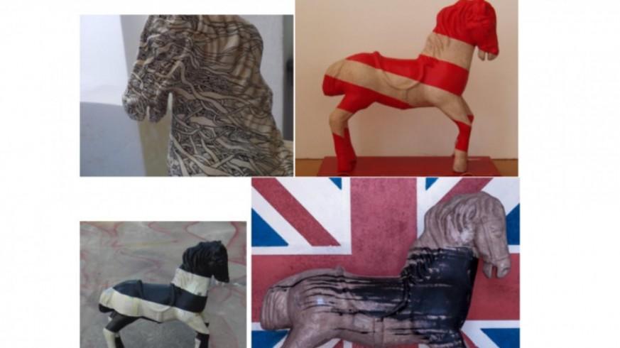 Algunos de los caballos de cartón piedra de Jose Luis Gómez
