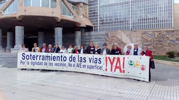 Miembros de la plataforma Pro Soterramiento a las puertas de la Asamblea