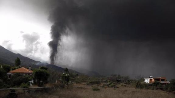 La erupción continúa, con fases más explosivas, tras arrasar 240 hectáreas Y 390 inmuebles