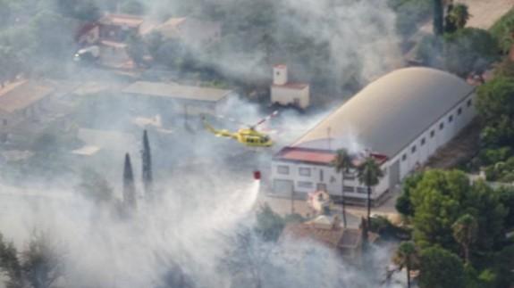 Medios aéreos trabajan en la extinción del incendio de La Alberca.112
