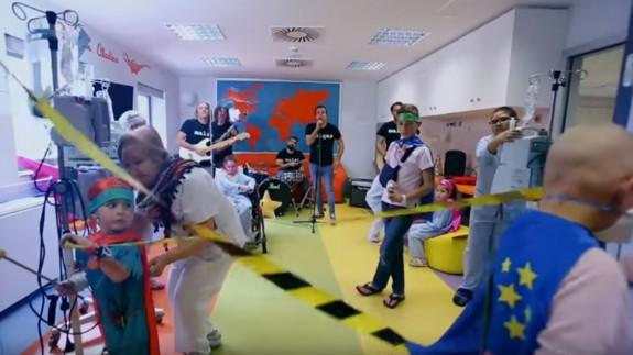 """""""Cuando doy vueltas"""", el videoclip para ayudar a los niños con cáncer de la Arrixaca"""