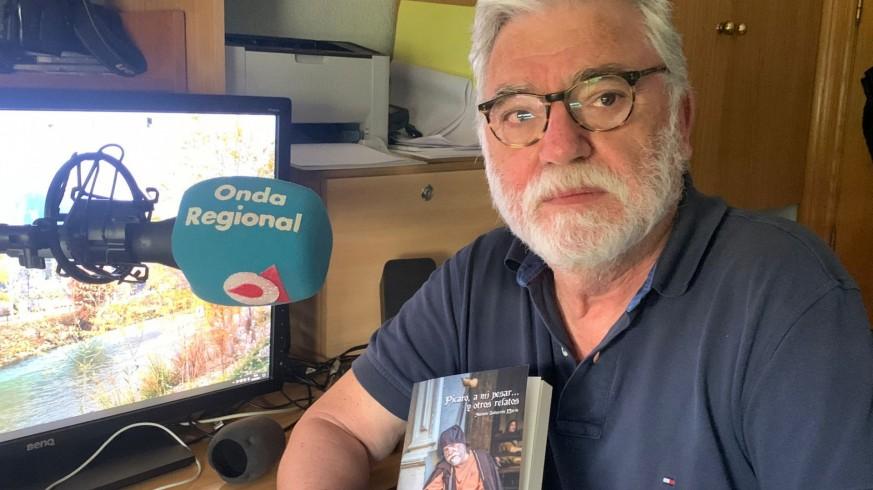 Antonio Salmerón con su libro