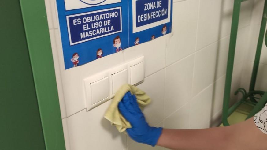 Tareas de limpieza en el IES Vicente Medina