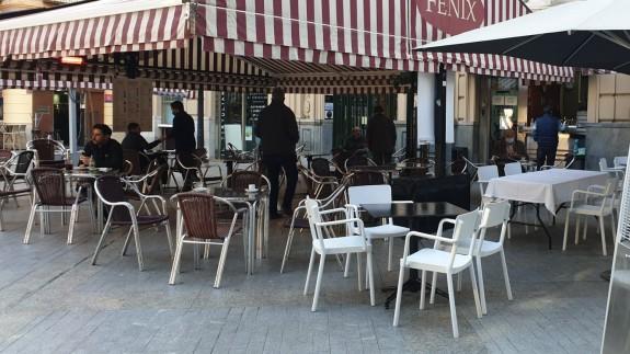 Clientes en una terraza de la Plaza de las Flores de Murcia (archivo). ORM