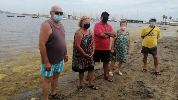 Vecinos de Los Nietos en la orilla del Mar Menor cubierto de ova