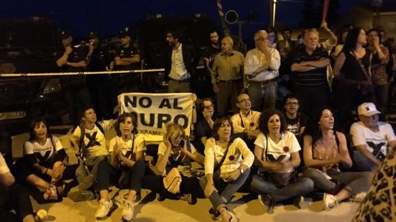 Un momento de la protesta anoche junto al paso a nivel
