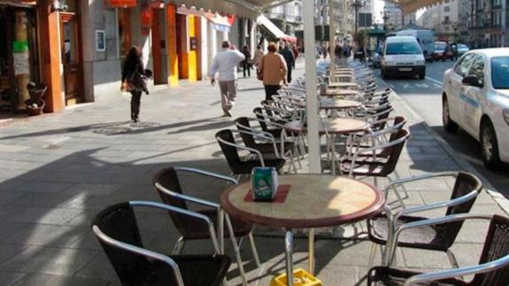 Mesas vacías en una terraza en Barcelona