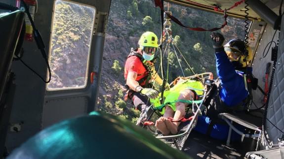 Rescate de la mujer en helicóptero tras ser localizada