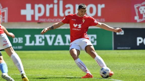 Adrián Fuentes golpea el balón en el partido frente a El Ejido