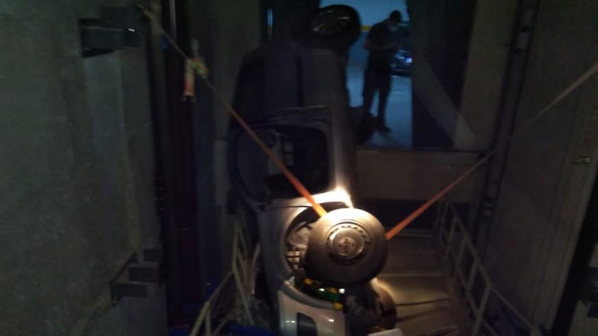 Bomberos rescatan a tres heridos tras caer con su coche por el hueco de un montacargas de vehículos en Abarán