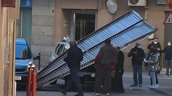Una valla ha caído sobre un coche en Lorca
