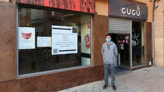 Antonio Reyes, en la puerta de su restaurante. ORM