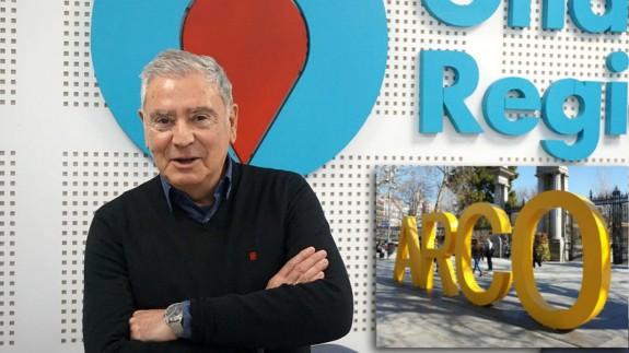 Enrique Nieto y cartel publicitario de ARCO