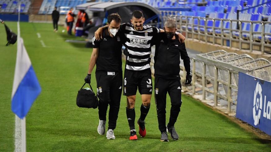 Toni Datkovic sale lesionado del terreno de juego en La Romareda