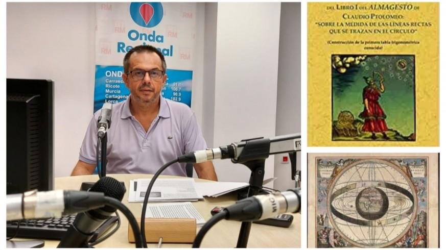 Juan Pedro Gómez junto a dos imágenes de la obra de Ptolomeo