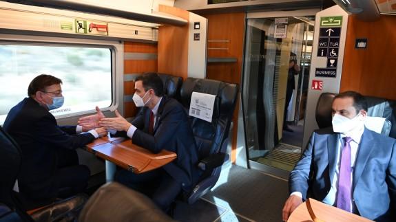 Sánchez junto al presidente valenciano y el ministro de Fomento en el AVE a Orihuela