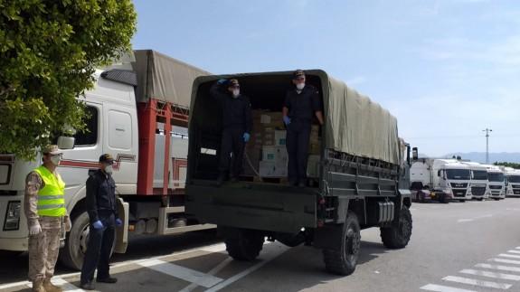 Camiones del Ejército con los alimentos proporcionados por Cáritas