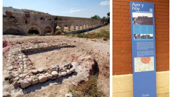 Imagen del Acueducto de Alcantarilla, junto a uno de los paneles informativos de la ruta