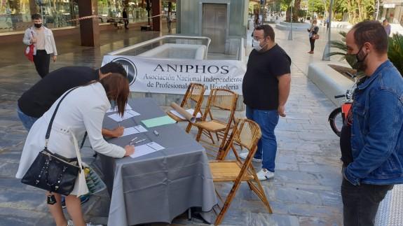 Miembros de ANIPHOS recogen firmas en la Avenida de la Libertad. ORM