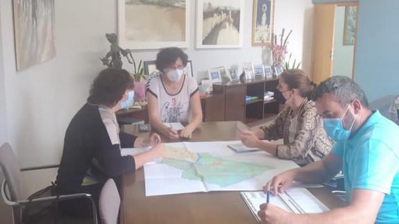María Ángeles Túnez revisando el Plan General con los técnicos. AYUNTAMIENTO PUERTO LUMBRERAS