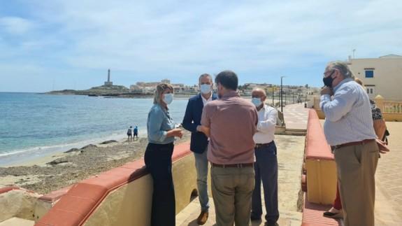 Vecinos de Cabo de Palos reunidos con miembros del PP