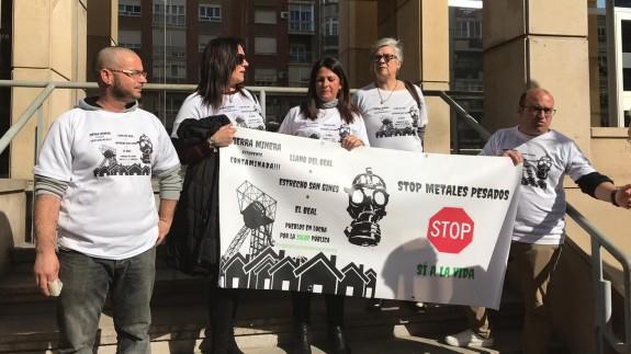 Vecinos de la Sierra Minera protestaban hace unos días frente a la consejería de Salud